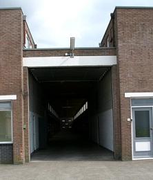De ingang met kanteldeur (open)